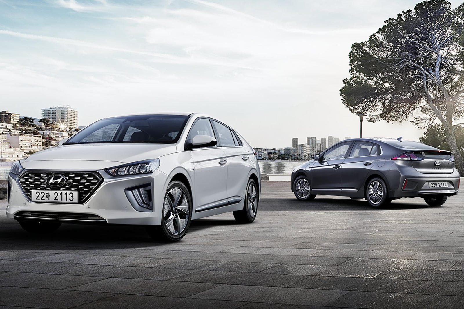 2019 hyundai ioniq hybrid gets sleeker styling and new tech carbuzz. Black Bedroom Furniture Sets. Home Design Ideas