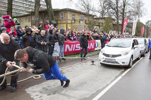 """""""Most Cars Pulled by One Man"""" Record Set by World's Strongest Man"""