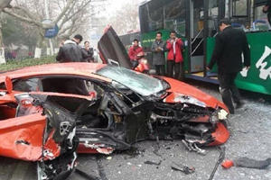 Bus Takes Out Lamborghini Aventador in China