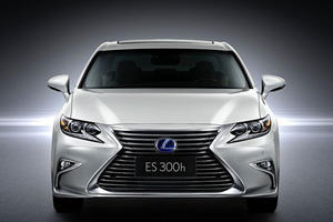 The 2016 ES Has Lexus' New Face All Over It