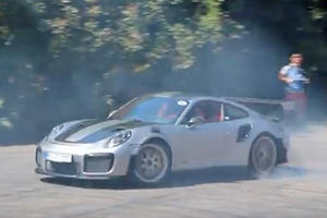 Turns Out The Porsche 911 GT2 RS Actually Can Do Donuts!