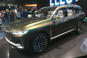 Large BMW X7 Kidney Grilles Fail To Look Good Under Frankfurt Spotlight