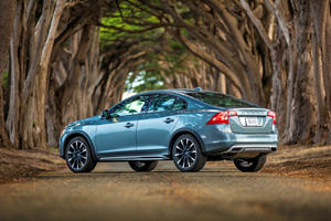 Volvo S60 Cross Country >> Compare Infiniti Q50 Hybrid Vs Volvo S60 Cross Country Carbuzz