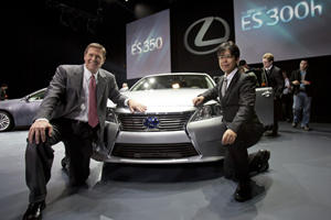 Lexus Reveals 2013 ES 350 and ES 300h Hybrid in New York