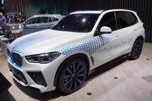 BMW Reveals Hydrogen-Powered X5