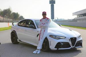 Kimi Raikkonen Shows Off Alfa Romeo Giulia GTA In Bahrain