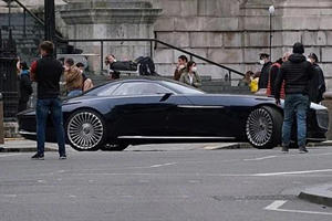 Bruce Wayne Drives Maybach Concept In New Flash Movie