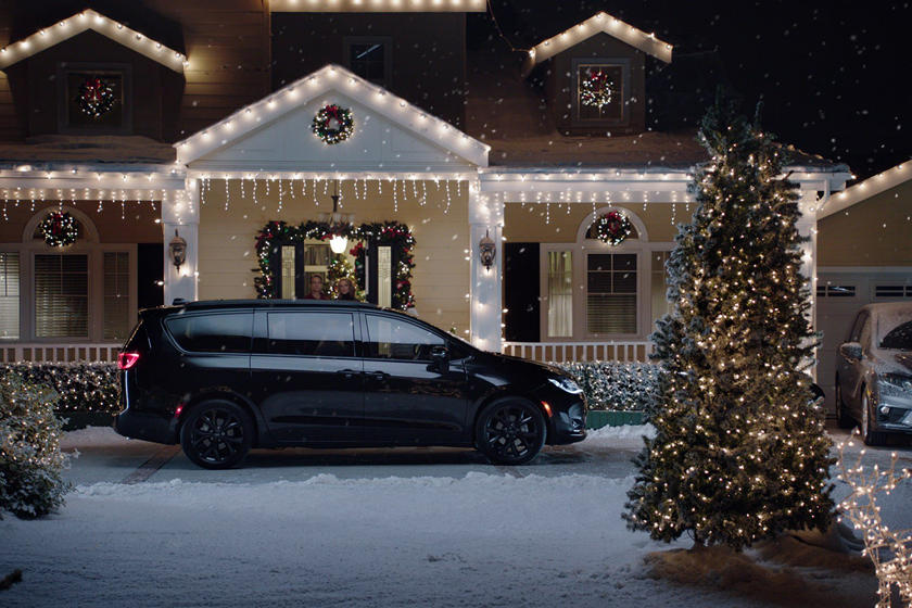 Christmas Showroom 2021 Challenger Santa S New Sleigh Is A Custom Dodge Challenger Srt Hellcat Redeye Carbuzz