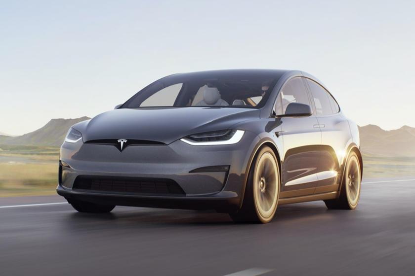 Vue avant de la Tesla Model X Plaid 2021 conduite